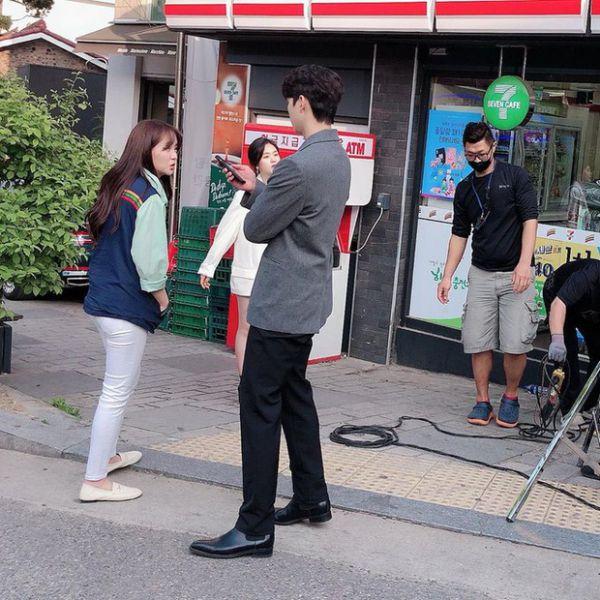 """""""Love Alarm 2"""" lộ ảnh hậu trường của Kim So Hyun và Song Kang 1"""