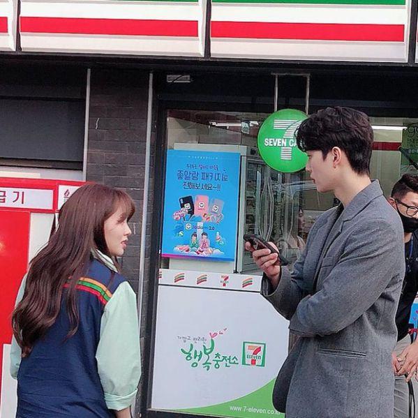 """""""Love Alarm 2"""" lộ ảnh hậu trường của Kim So Hyun và Song Kang 2"""