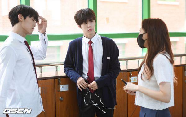 """Ảnh hậu trường siêu đẹp của Kim Woo Seok (X1) trong """"Twenty Twenty""""10"""