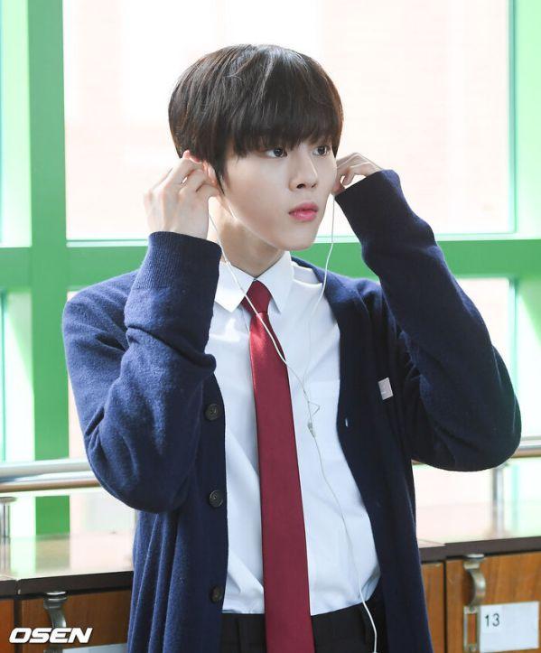 """Ảnh hậu trường siêu đẹp của Kim Woo Seok (X1) trong """"Twenty Twenty""""12"""
